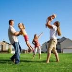 Семья гуляет с детьми