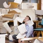 Человек с разбросанными бумагами