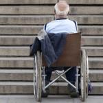 Пенсионер в инвалидной коляске