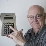 Пенсионер с калькулятором