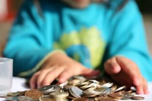 Приставы арестовали детские пособия: что делать и как вернуть деньги?